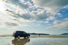Vehículo en la playa